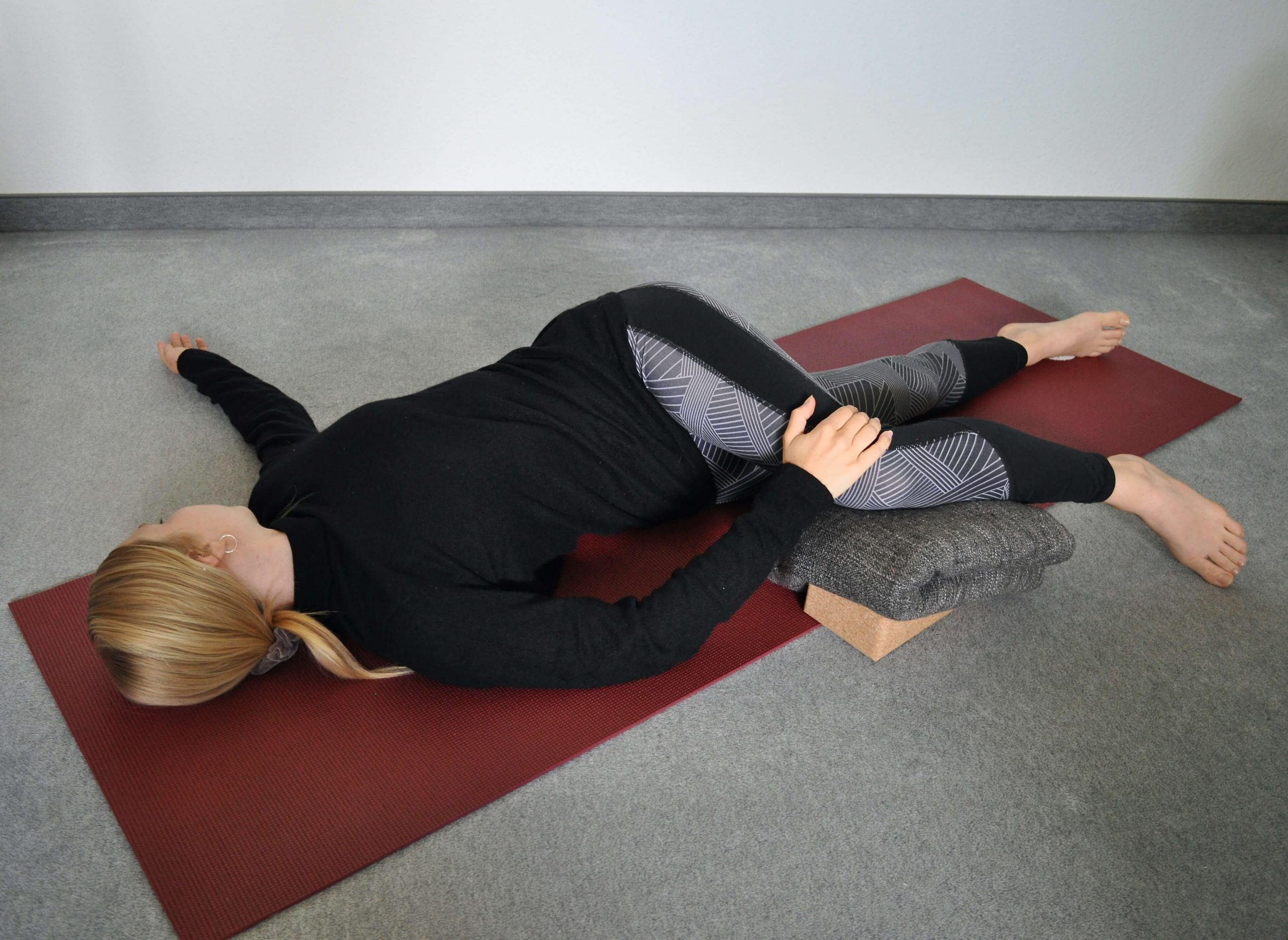Ronja, Vulvani, Yoga während der Periode, Zyklus-Yoga, yoga during your period, yoga for your cycle, cycle yoga, period yoga, Perioden-Yoga, Menstruations-Yoga, Yoga und der Zyklus, yoga and the cycle, yoga and the menstrual cycle, Asana, menstruation yoga poses, Yogaposen für die Periode, Yogaposen für die Menstruation, Yogaposen für den Zyklus, yoga poses for your period, Supta Matsyendrasana, Liegende Drehung, supine spinal twist